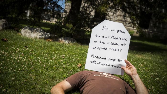 GræsrodsbevægelsenCall to Action, der her ses 26. juni i Bloomington, Indiana,demonstrerer mod Senatets plan om at give Affordable Care Act alias Obamacare dødsstødet.