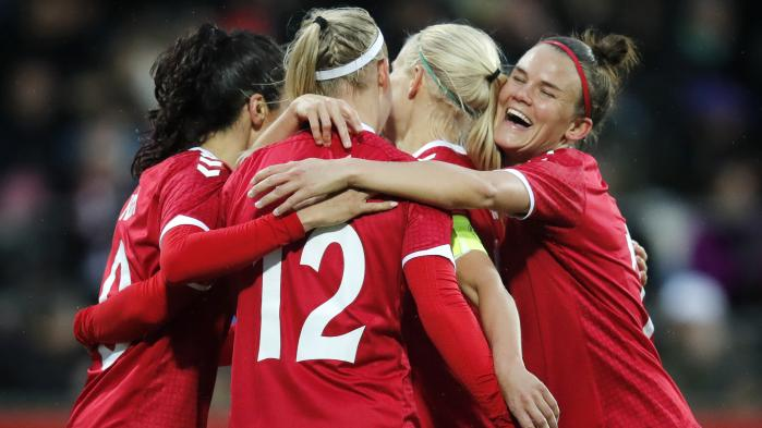 'Fodbolddanmark har været længe om at give kvinderne den respekt, de fortjener. Derfor er den store interesse glædelig, og den primære årsag er, at kvinderne leverer seværdigt spil. Vores individualister var måske nok stærkere i 2014, men jeg synes, vi har det stærkeste fodboldhold nogensinde ved denne slutrunde,' siger Lennart Weber, der har skrevet en bog om kvindefodbold, om europamesterskaberne i Holland, hvor de danske kvinder i aften går på banen.
