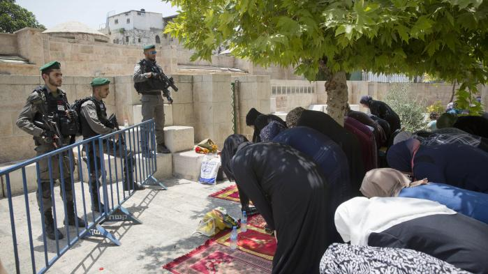 Palæstinensiske kvinder beder i protest foran Løveporten.