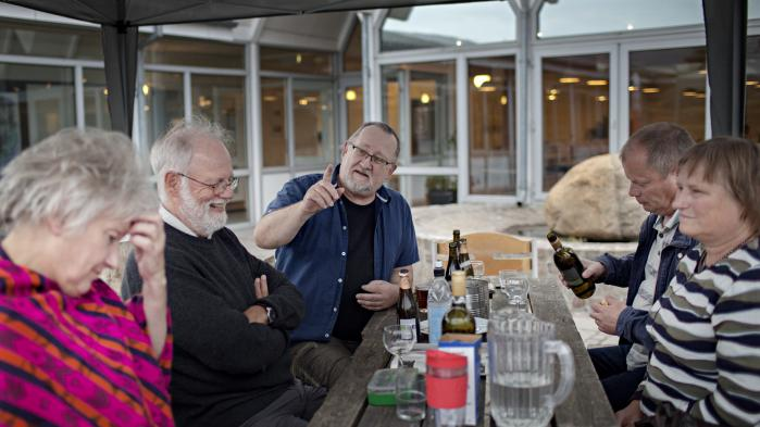 Hyggesnak, gensyn med gamle kammerater og styr på verdenssituationen. Det er hvad Enhedslistens medlemmer får ud af sommerlejren. Her debatterer bl.a. Jørgen Holst, Tonny Andersen og Birte Jacobsen.