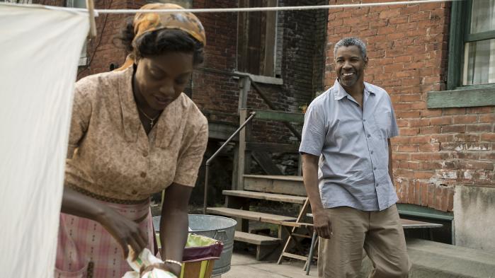 Som var filmen et teaterstykke foregår handlingen i 'Fences' kun i baggården – som Troy (Denzel Washington) jævnfør titlen vil have bygget et hegn omkring – og i husets stueetage. Det er her, man ser Troy komme hjem og holde om sin kone (Viola Davis), irettesætte sin søn, betro sig til sin ven, indse sine fejltrin i tilværelsen og rase over den eksistentielle blindgyde, han befinder sig i.