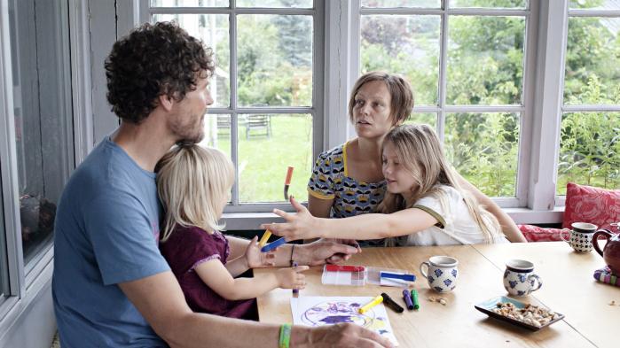 Ditte Degnbol med sine to døtre og vennen Torin Julius Bolvinkel. Han er far til hendes ældste datter, mens hun fik den yngste i 11. time som 41-årig med donorsæd.