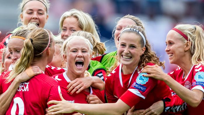 Danske foldboldkvinder kan vinde hele vejen rundt, juble og løfte pokalerne højt i vejret. Men det tæller ikke. For ligesom i andre brancher skal kvinder være lige så gode som mænd — eller bedre – for at få anerkendelse.