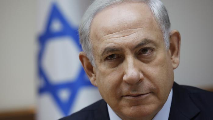 Israels premierminister Benyamin Netanyahu er nu formelt sigtet i fire korruptionssager, der for første gang får også tilhængere til at skrive og tale om 'alternativer'.