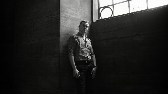 'Min familie' er ikke en historie om Sebastian Bunes eget liv. Men han har, som han selv formulerer det, 'et særligt erfaringsgrundlag med de her ting', han er vokset op i socialt udsatte områder og har som barn og ung set mange gå i hundene.