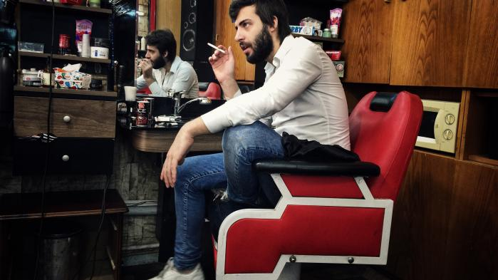 Ahmed Wael fra Damaskus ejer en lille frisørsalon på en boulevard, som skærer tværs gennem 'Lille Damaskus'. Han kom til Istanbul i 2014. Ligesom mange andre unge syriske mænd nægtede han at kæmpe for Assad-regimet og tog flugten af frygt for at blive tvunget i krig.