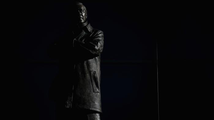 Ved Old Trafford er rejst en næsten tre meter høj statue af sir Alex Ferguson, der i mere end 25 år stod i spidsen for Manchester United med stor succes. Siden han takkede af i 2013, er klubben ikke sluttet i Premier Leagues toptre en eneste gang.