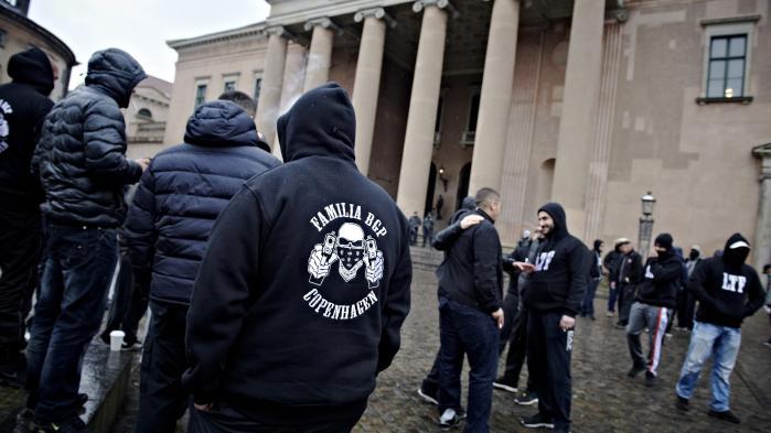 Medlemmer af LTF foran byretten, efter syv af bandens medlemmer blev tiltalt for overfaldet på Store A.