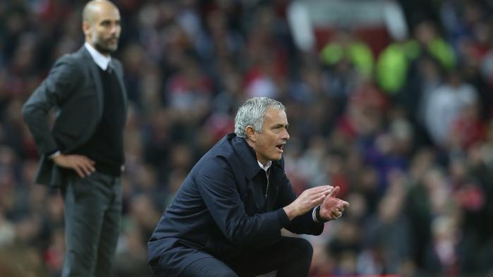 Hvor Mourinho (t.h.) vil have et hold, der kan knokle modstanderne ned under græstæppet, søger Guardiola at opbygge et hold, der praktiserer lynhurtigt pasningsspil op af banen. Tiki-taka på engelsk.