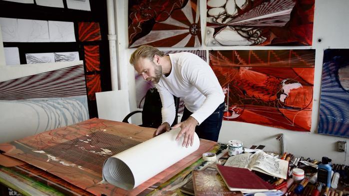 Ferdinand Ahm Krag er uddannet fra Kunstakademiets Billedkunstskoler. Hans værker er bl.a. repræsenteret i samlinger på Statens Museum for Kunst og Randers Kunstmuseum.