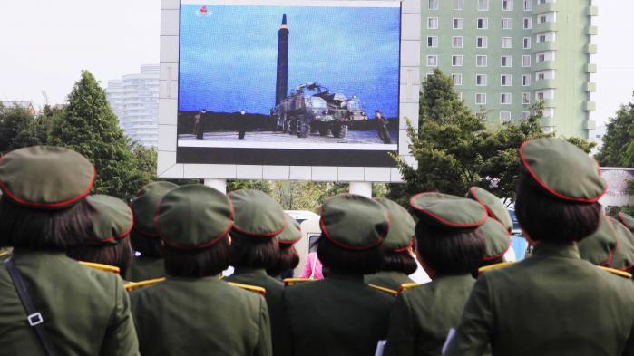 Nordkoreanere stimler sammen på hovedbanegården i Pyongyang for at se levende billeder af det nordkoreanske regimes missiltest.