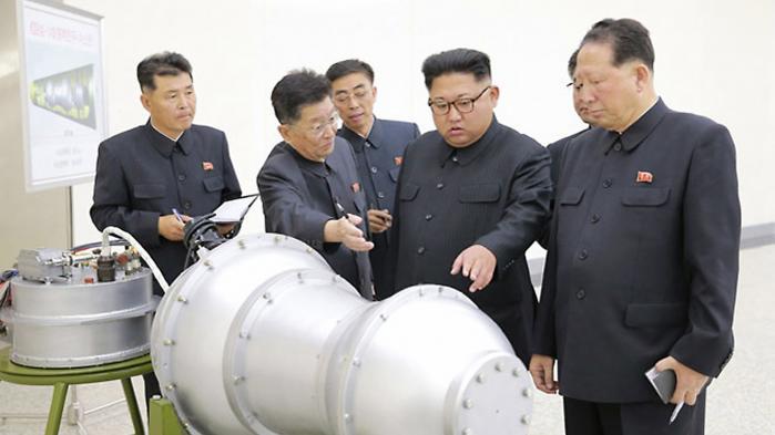Et billede fra det statslige tv viser Nordkoreas Kim Jong-un inspicere et missilhoved