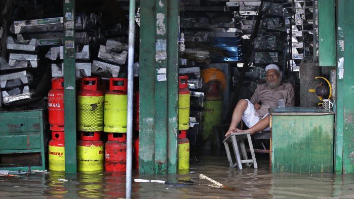 'Befolkningen (i Bangladesh, red.) er vant til oversvømmelser. Det er et meget modstandsdygtigt folk, men heller ikke de har oplevet noget lignende i 40 år,' siger Corine Ambler, der har været udsendt til området for Røde Kors' internationale paraplyorganisation International Federation of Red Cross for at bidrage med hjælp i forbindelse med sommerens oversvømmelser. Billedet er fra hovedstaden, Dhaka.