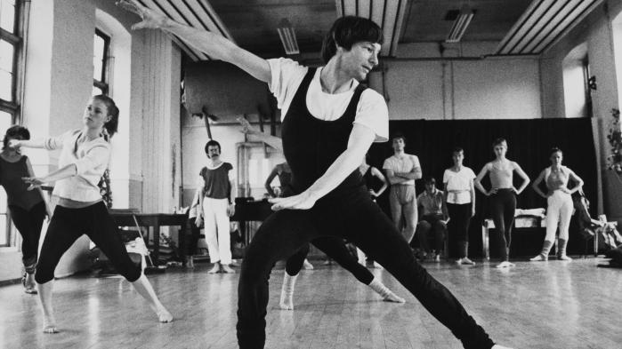 Eske Holm var den første solodanser, der brød ud fra Den Kongelige Ballet for at skabe moderne dans. Lige siden har både hans danseforestillinger og hans bøger og debatartikler kredset om krop og seksualitet – og om det maskuline begær.