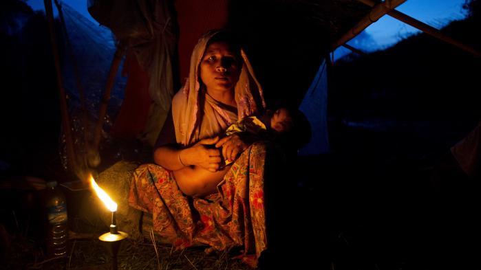En kvinde fra det muslimske mindretal i Myanmar, rohingyaerne, sammen med sit barn i en midlertidig lejr i Bangladesh. 370.000 civile er flygtet til Bangladesh i løbet af de seneste uger, og det har udløst voldsom kritik af Aung San Suu Kyi og hendes regering.