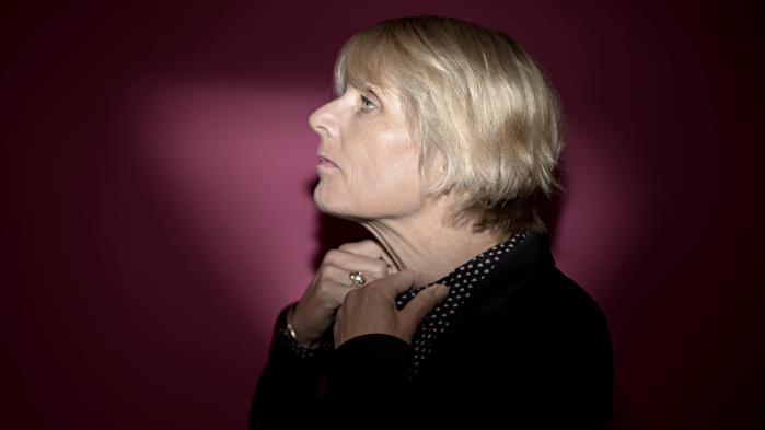 Hanne-Vibeke Holst har ingen krav til, hvad litteratur skal og bør. Forfattere må gebærde sig præcis, som de vil. Men hun har altid haft en meget stærk fornemmelse af, hvad det er hendes litteratur skal. Romanen 'Om pesten' skal trække os mod humanismen, det gode og de fælles, internationale løsninger, fortæller forfatteren.