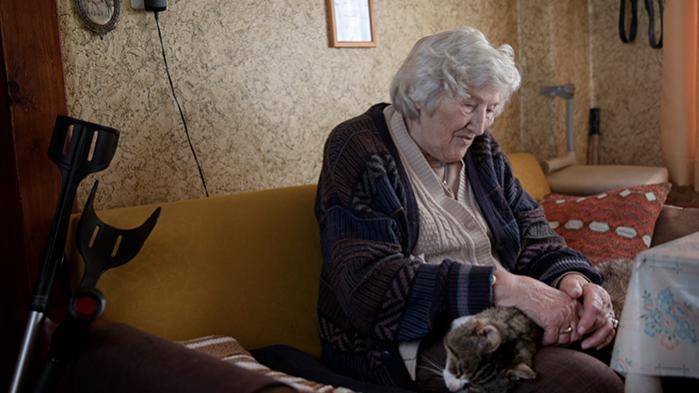Den 89-årige Gisela Falk bor 200 meter fra godset, og er en af de få tilbageværende, der kan huske tiden i 1945, hvor den røde hær deporterede godsejerfamilien Gadow til Sibirien