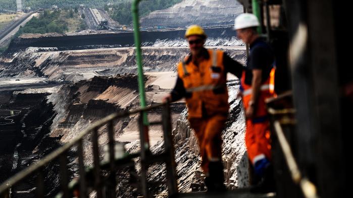 Garzweiler-brunkulsminen i Nordrhein-Westfalen i Tyskland er ikke det smukkeste sted. Det enorme hul er 50 meter dybt, og i den omkringliggende undergrund gemmer der sig mere end en milliard ton brunkul. Minen er blevet centrum for massive miljøprotester.