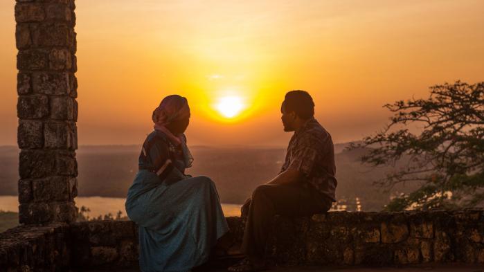 Tanzania er Afrikas største filmproducent målt pr. indbyggertal og eksporterer til hele det swahilitalende Østafrika. Flere ngo'er forsøger derfor at indlejre 'opbyggelige' budskaber i filmene. Men det er respektløs kulturimperialisme og risikerer at underminere branchens økonomiske grundlag, lyder kritikken