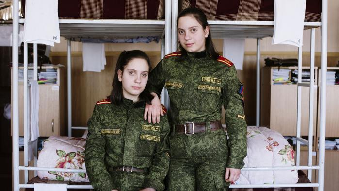 Hvordan er det at bo i verdens yngste udbryderrepublik? For to år siden erklærede Folkerepublikken Donetsk sig uafhængig af resten af Ukraine. Inden for Folkerepublikkens porøse grænser forsøger de lokale myndigheder at få et statsapparat op at køre. De mangler det meste.
