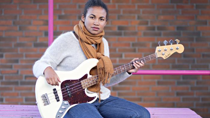 Da 13-årige Rebecca Muusmann for første gang fik øje på en elbas, vidste hun med det samme, at det skulle være hendes instrument. Men statistisk set skulle hun ikke spille bas. For bas er et af de instrumenter, som det stadig langt overvejende er drenge, der spiller.