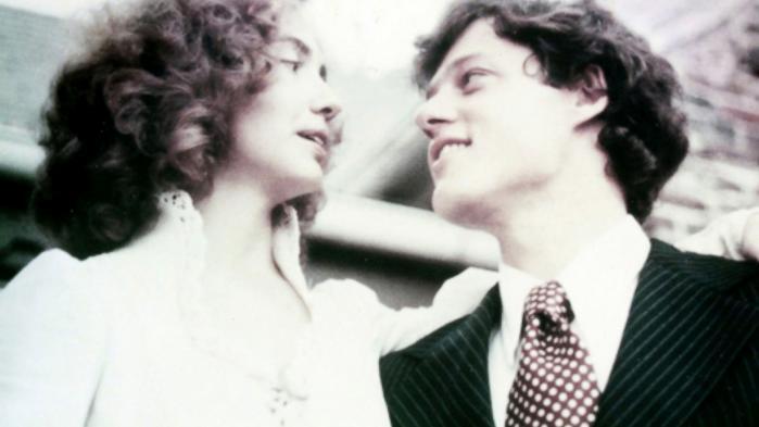 Bill og Hillary blev viet i efteråret 1975 i deres nyligt erhvervede hus i Fayetteville. Hun valgte at beholde sit fødenavn Rodham som efternavn. Det vakte senere problemer for Bills politiske karriere.