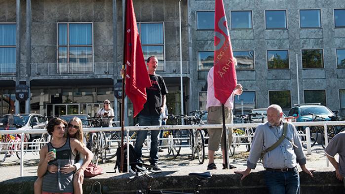Det burde være den perfekte tid for den danske og europæiske venstrefløj. Alligevel løber de højrenationale populister med folkets vrede, som de omsætter til politisk magt. Det overlader den traditionelle venstrefløj med to muligheder: at søge ind på midten eller blive mere radikal