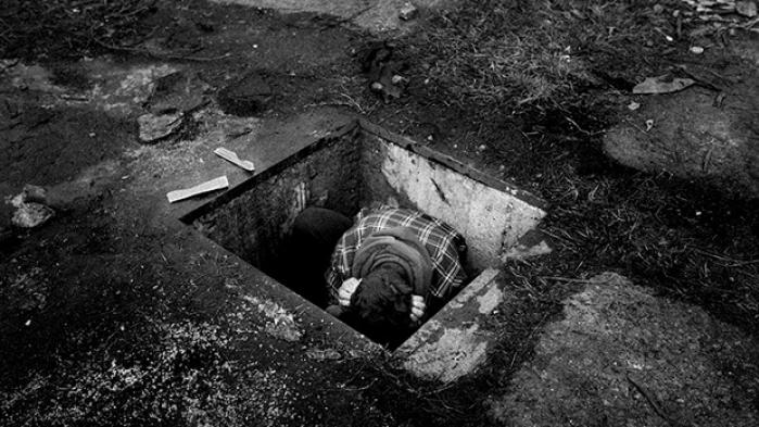 Bag banegården midt i Beograd lever omkring 1.000 flygtninge og migranter i ødelagte stationsbygninger, togvogne og skure. Fotograferne Ulrik Hasemann og Mathias Svold har besøgt den serbiske hovedstad og lavet dette fotoessay om Beograds fortabte