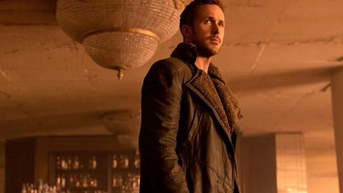 Denis Villeneuves 'Blade Runner 2049' er en værdig efterfølger til Ridley Scotts 35 år gamle science fiction-mesterværk. Men det er også en film med store skønhedsfejl, og den ender mere konventionelt, end godt er, skriver Christian Monggaard i denne anmeldelse, hvor vi også ser tilbage på fire højdepunkter fra den originale film