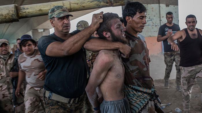 I den afsluttende fase af slaget om Mosul fulgte krigsreporteren Ghaith Abdul-Ahad de irakiske soldater under deres sidste fremstød mod Islamisk Stat. Han beretter om bestialske hævnaktioner og drab begået af vores allierede