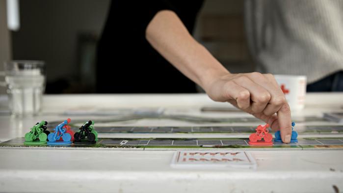 Brikker og spilleplader skaber samvær og samtale. Det har de gjort i 5.000 år, men både spilmekanikker og handlingsforløb har ændret sig. Hvor vi i bronzealderen konkurrerede mod hinanden i simple spil bygget op om månefaser og hovedregning, kæmper vi i dag side om side i spil, som tager os med i krig og ind i fængslerne
