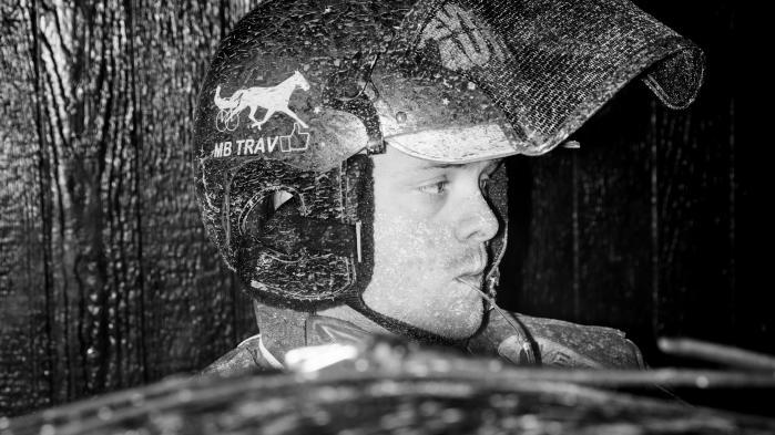 Nu er Danske Spils monopol på hestespil brudt. Det tænder et spinkelt håb i landets stalde. For dansk travsport er begravet i en krise, der begyndte for mere end 30 år siden. Gamle mænd kører hestene, og gamle mænd spiller på dem, mens trav er gået fra nationalsport til niche. Kulturen svinder ind, men travfolket kæmper videre
