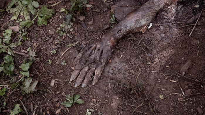 På en bjergskråning i North Carolina i USA går døde mennesker i forrådnelse i forskningens tjeneste for at medvirke til opklaring af drabssager
