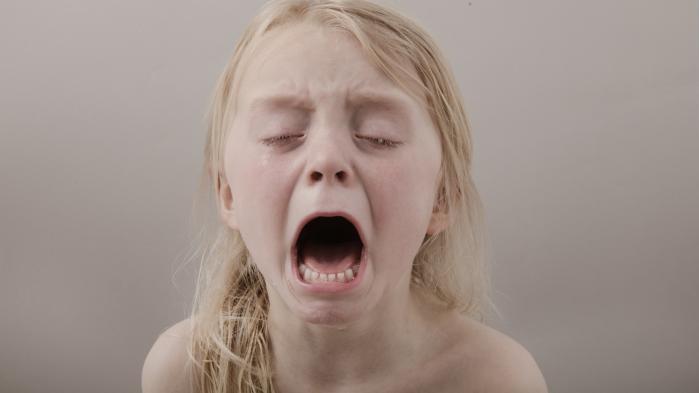 Det er ikke tanken, at billederne af de grædende børn skal ses som en refleksion over verdens tilstand lige nu. Meeen...