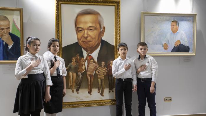 Under Islam Karimovs brutale diktatur var Usbekistan lige så lukket, isoleret og hemmelighedsfuldt som Nordkorea. Hovedstaden ligner stadig et sovjetisk frilandsmuseum, men i dag der er skruet ned for undertrykkelsen og op for globaliseringen