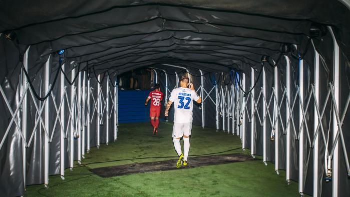 Han er elsket, hånet og tilgivet. Nicklas Bendtner, manden alle har en holdning til, har fået en sidste chance. Efter et halvt liv i udenlandsk fodbold er han tilbage på dansk jord i FCK. Flopper han her, er fodboldens korkprop færdig