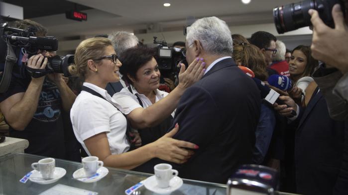 Søndag kan Portugals socialdemokratiske premierminister, António Costa, gå til valg som en succes. Efter årevis med nedskæringer og finanskrise i Portugal har han gjort det, som EU og IMF ikke troede muligt: Hævet lønninger og pensioner og samtidig skabt vækst og nedbragt underskuddet. Vi har spurgt ham hvordan