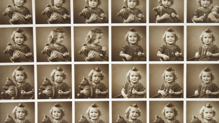 Ved en tilfældighed fandt min mor i 2004 ud af, at hun var adopteret. Men hvem var hendes biologiske forældre, og hvorfor blev hun givet væk? Dette er en historie i fire kapitler om sidespring, moderskab og familiehemmelighedernes betydning i efterkrigstidens Danmark