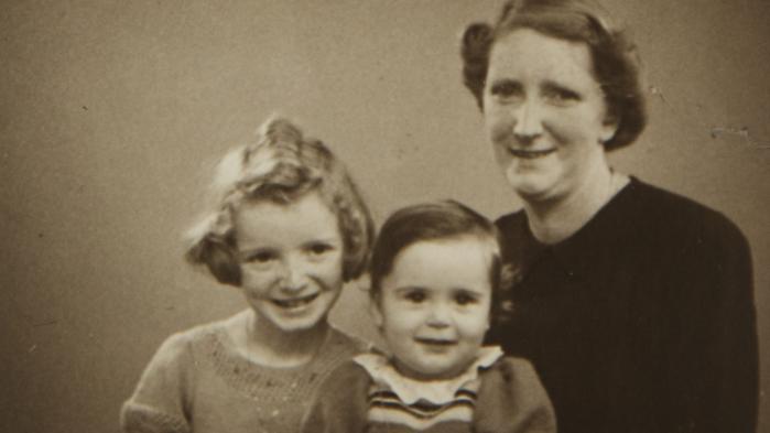 I fjerde og sidste kapitel af historien om en hemmeligholdt adoption fra 1944 hører vi om skammen ved at være horeunge. Og om hvad det vil sige at være i familie
