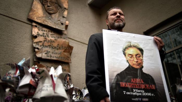 7. oktober 2006 - for præcis otte år siden - blev journalisten og forfatteren Anna Politkovskaja myrdet. I et interview med Information året før forklarede hun »Hvis jeg stopper, tager ingen andre over. At stadig færre skriver sandfærdigt om Tjetjenien gør, at jeg ikke kan holde op, selv om jeg helt ærligt ofte har haft lyst. Mit arbejde udvikler sig til en ligsynsmands, og det er ofte mine egne kilder, der dør. Sidst jeg var der, kunne jeg mærke, at jeg næsten ikke kunne mere. Jeg vadede rundt helt uden fysisk og psykisk overskud. Det har jeg ikke prøvet før.«