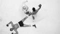 Cleveland Williams ligger på ryggen, slået ud af Muhammad Ali under deres boksekamp i Houston den 14. november 1966. Ali, der døde i fredags, opnåede under sin karriere at blive verdensmester tre gange og ændre det dannede syn på sværvægtsboksning, som nu blev opfattet som en selvstændig kunstart.