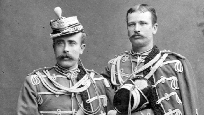 Den 17. november fejrer hæren sit 400 års jubilæum, og i løbet af året har hærhistorien været sat i fokus. En hidtil ufortalt historie er, at mange soldater bl.a. de prangende gardehusarer på Østerbro for 100 år siden supplerede deres sparsomme soldaterløn ved at trække i København