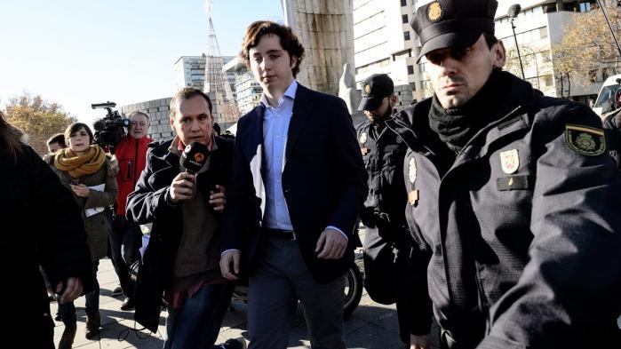Svindleren. Det var et forsøg på at komme med til en fest på den amerikanske ambassade i Madrid, der til sidst afslørede 'Lille Nicolás', der her forlader retten på Plaza de Castilla i Madrid efter endt afhøring.