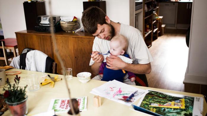 Rolf Sparre Johansson var i tvivl om, hvorvidt faderskab og hverdag overhovedet var noget, man kunne skrive litteratur om. Nu udkommer hans debut – og den handler om netop dette