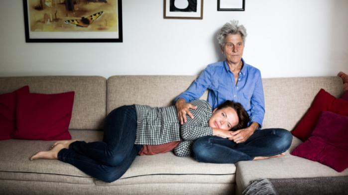 Når Betty Frank Simonsen rejser med sin kæreste, tror de lokale, at hun er af sted med sin mor. Alligevel ser hun ikke de næsten 25 års forskel mellem dem som en ulempe. Tværtimod. Aldersforskellen tvinger dem til at nyde livet lige nu og her