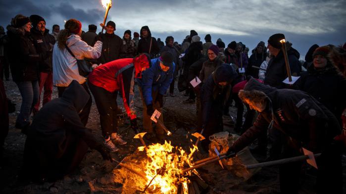 Sidste søndag demonstrerede 30.000 danskere mod Venstres byggeplaner for kysterne. 30.000 tændte 200 kystbål landet over. Her ved Gilleleje.