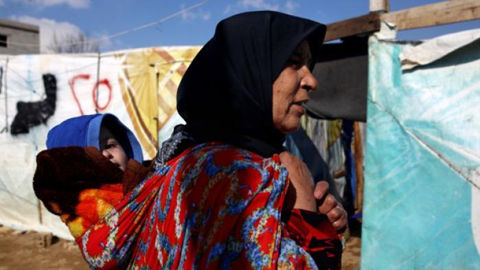 Hundredetusinder af syriske flygtninge er fanget i et retligt limbo i de såkaldte nærområder, Tyrkiet, Libanon og Jordan, uden ret til at arbejde, sende deres børn i skole eller gå til lægen. Og det kan nok så mange donormilliarder til FN's flygtningelejre ikke ændre på, vurderer ekspert