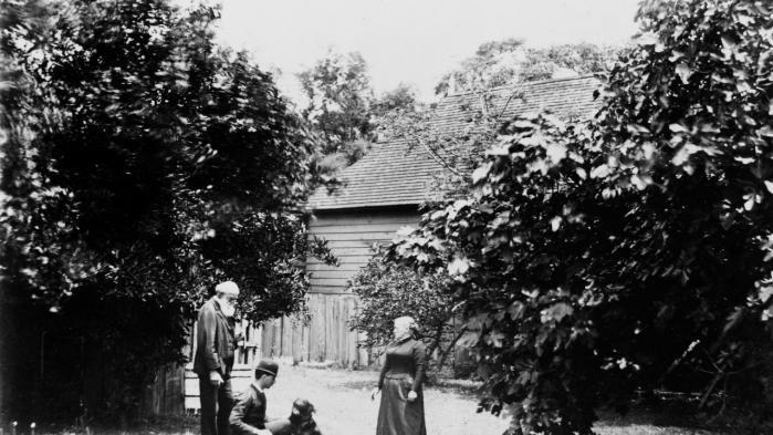 Lev Tolstoj (1828-1910) sammen med sin hustru Sofija og et af deres børn i  deres have på godset Yasnaja Poljana – rammen for evige opgør mellem de to ægtefæller. Fotoet er udateret, men taget i perioden 1890-1905.