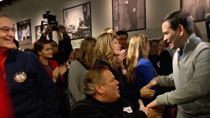 Marco Rubio (t.h.) møder sine potentielle vælgere i New Hampshire i øjenhøjde – og uden beskyttelse af Secret Service.