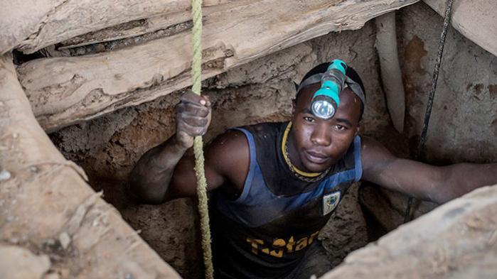 Årtiers forsøg på at gøre Afrika mindre afhængig af eksport af råstoffer har slået fejl, og nu truer massive prisfald de afrikanske landes økonomier, lyder advarslen fra eksperter
